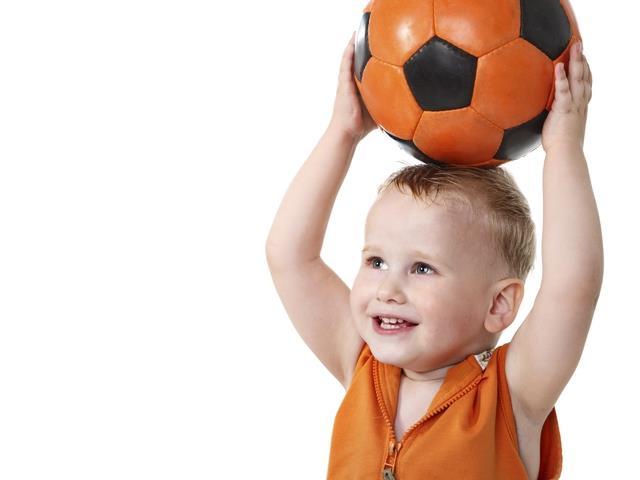 Дети ловят мяч