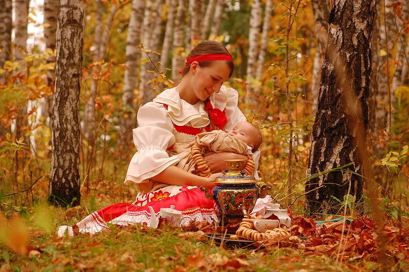 devushka-rozhaet-na-prirode
